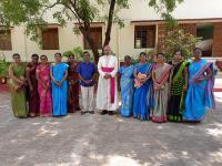 Bischof Arulselvam Rayappan besucht erstmalig Einrichtungen in seinem neuen Bistum Salem. Hier mit Lehrerinnen am Teacher's Day (11)